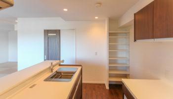 パントリー収納は、可動式で高さを変えれるか可動式収納棚。