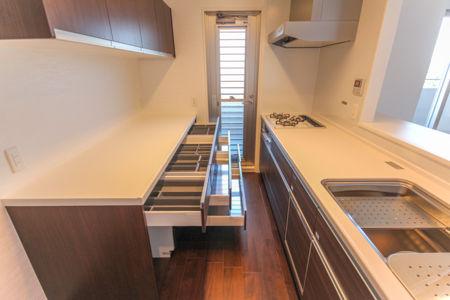 Y様にカップボードとシステムキッチンを、水廻りショールームで商品と使いやすさをご確認頂き新居に施工しました。