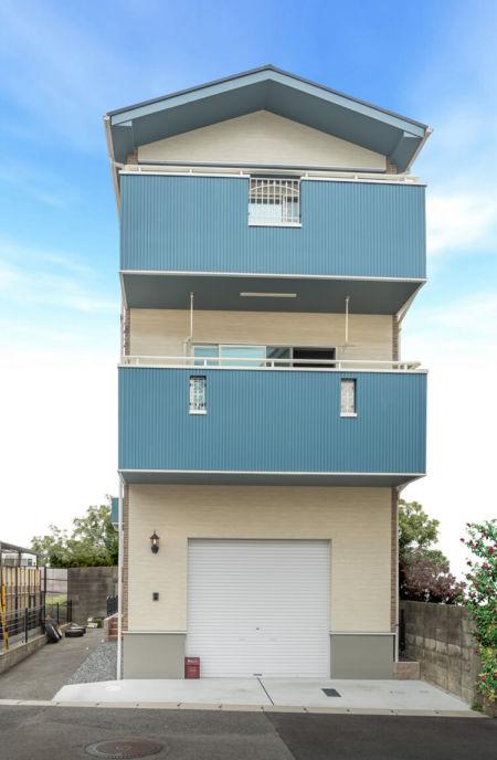 ビルトインガレージ付きの3階建て注文住宅。1階の正面はインナーガレージ用の車庫シャッター【三和シャッター】を採用。