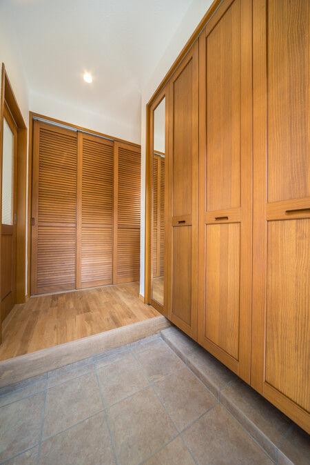 玄関収納と無垢のルーバー収納