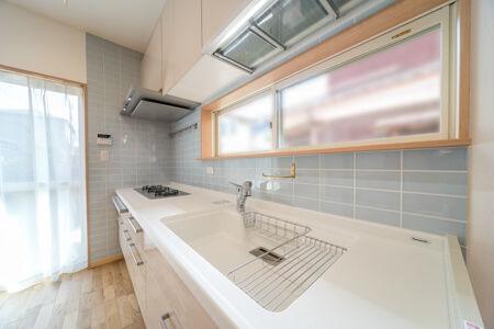 キッチンまわりの壁はセンスのいいタイル