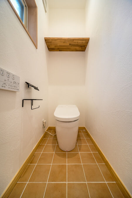 1階トイレの床はニッタイ「ヴァンス」のオレンジ色のタイル貼り!