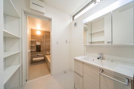洗面化粧台の収納と壁で覆わずに効率よく計画した収納