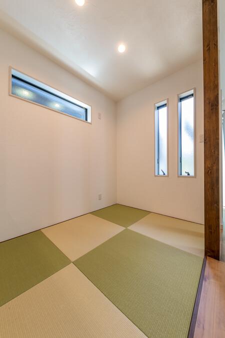 畳は高級和紙畳「清流」。銀白色と若草色の2色使いでモダンに仕上がっています。