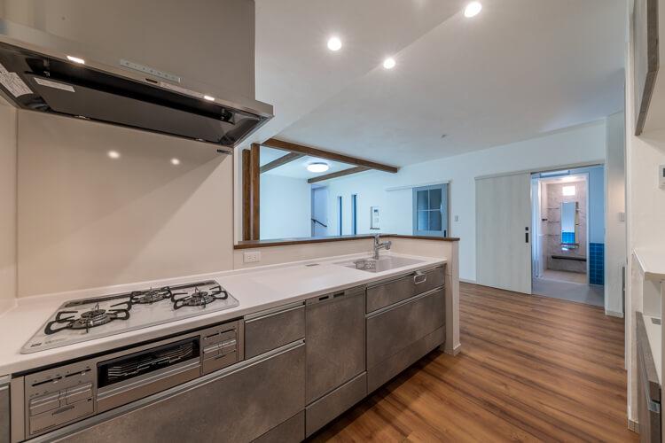 ダイニングはI型対面式キッチンの横に並ぶ並列プラン
