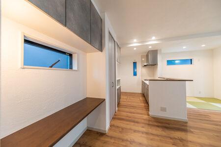 キッチン背面から一直線の収納と便利スペース