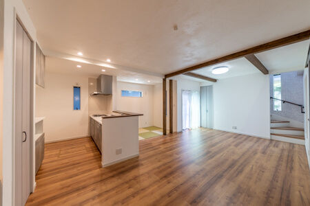 I型対面式キッチンの正面横にフラットの畳コーナー