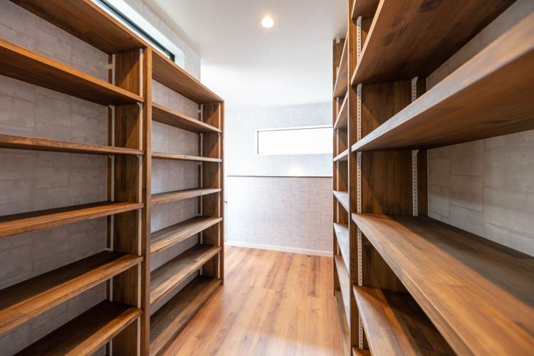 明るい造作本棚は2階の各部屋に入る動線に設置