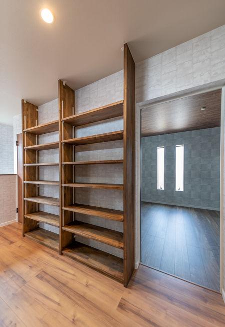 天井まで高さのある本棚