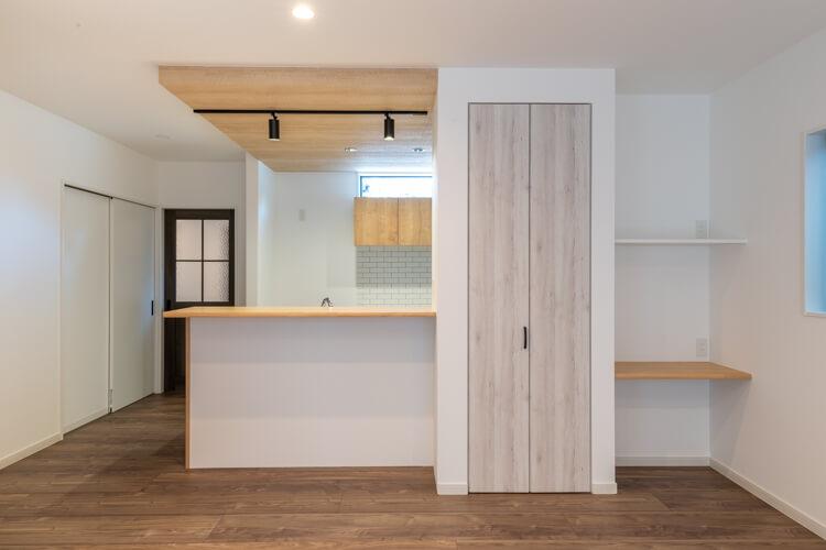 パントリー付きキッチンは下がり天井の造作対面式
