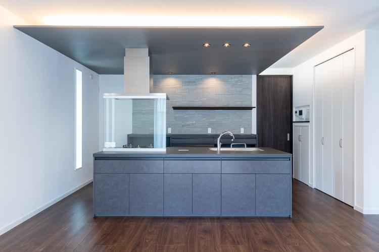 間接照明に映えるオープン対面キッチンはリシェルSI(アイランド型)