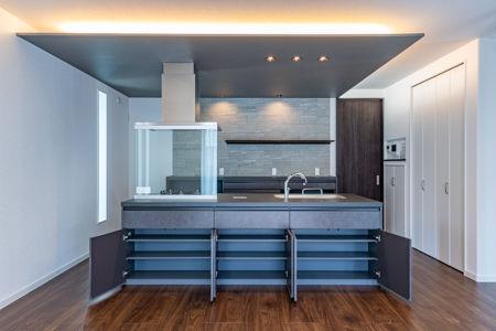 キッチン上の天井を下げ、L型に間接照明を造作しています。