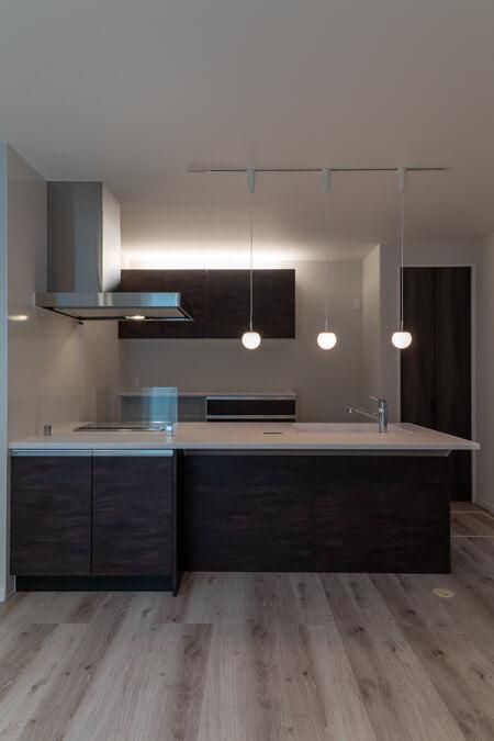 キッチンの手元の照明は、ペンダントライトを3灯配置