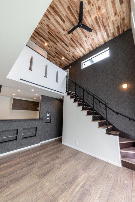階段は、側面をひな壇に仕上げ、パナソニックのオープン手すりを設置
