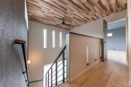 2階に上がると「階段上の空間と吹き抜けが一体」となった様子がよくわかります