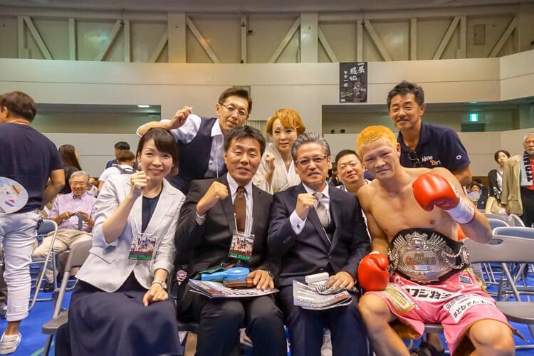 試合後、矢田良太チャンピオンがVIP席に挨拶に来てくれて一緒に記念撮影