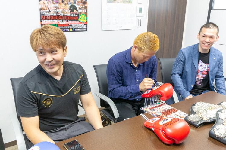 グローブにサインする矢田良太チャンピオン