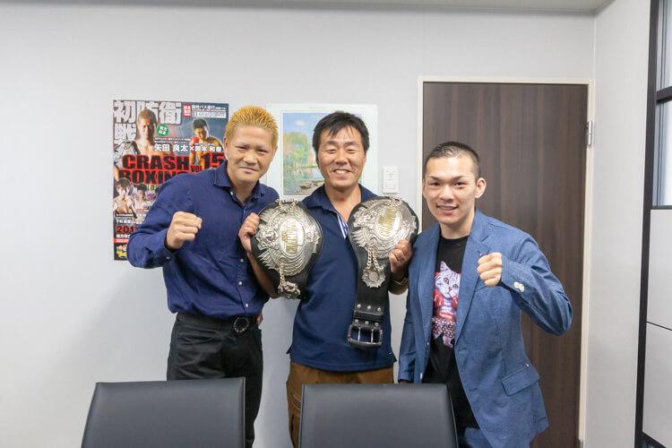 試合後、現場管理部長の神野は王者の矢田チャンピオンにトロフィーを手渡しました