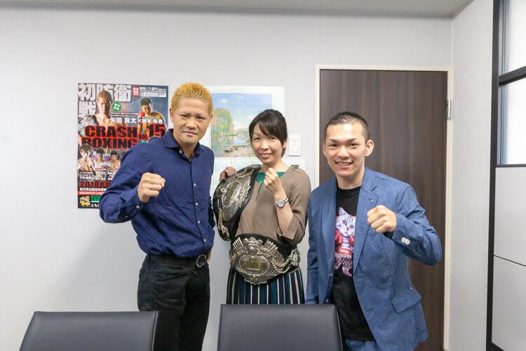 矢田良太チャンピオンと奥本貴之チャンピオンに囲まれ、設計部長のヒロタが光栄にもチャンピオンベルトを巻かせてもらいました。