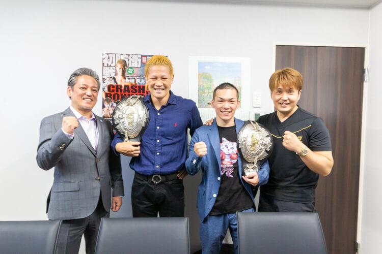 向かって右側が本石会長、中央左が第54代日本ウェルター級チャンピオン矢田良太選手、中央右が第41代日本スーパーフライ級チャンピオン奥本貴之選手、左側が当社社長川畑です。