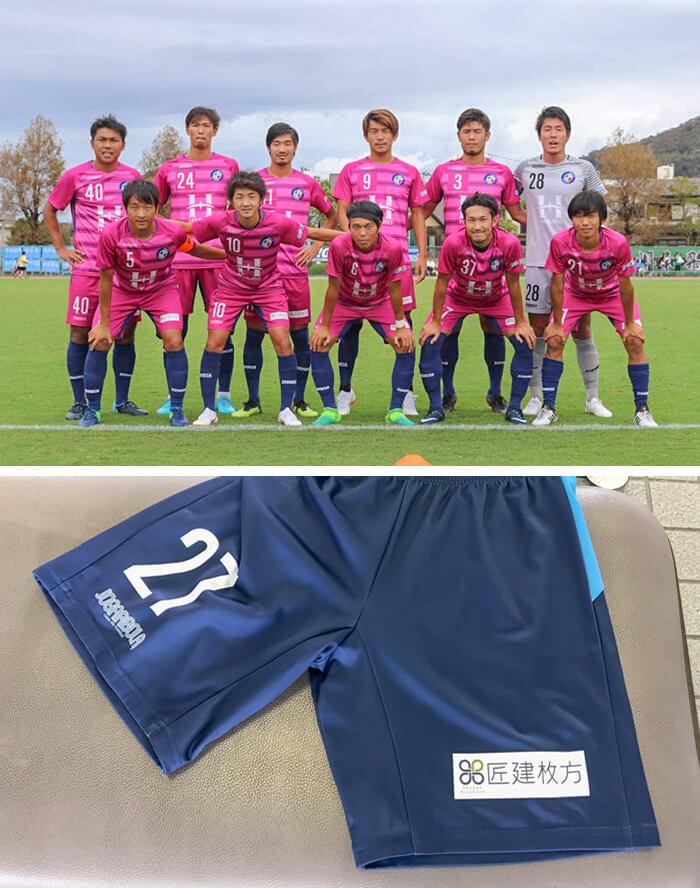 FCティアモ枚方、各選手のサッカーパンツに匠建枚方の会社名が入っています。