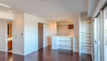 、リノベーション後は清潔でシックなお部屋に生まれ変わりました。床はマンション用の無垢床(床暖房対応タイプ)、建具はパナソニック(ウオールナット色)