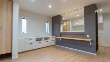 おしゃれなアーチ型のたれ壁と飾り棚のある対面キッチン