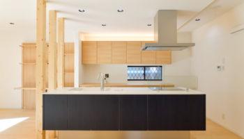 フロート型のすっきりしたデザインが際立つアイランドキッチン「パナソニックのラクシーナ」